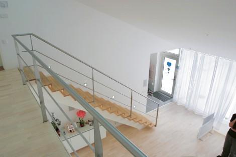 Trappa Balk med steg i klarlackad ask och vitmålad balk. Räcke 2 i rostfritt stål.