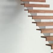 Trappa Balk med steg i klarlackad ek och vitmålad balk.