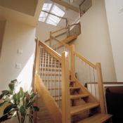 Öppen L-trappa med steg i ek och sidovang i ek. Räcke Pop i ek och spjäla nr 11 i rostfritt stål.