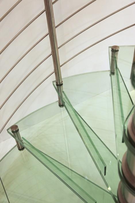 Trappa Galaxy glas med steg i klart glas. Mittpelare och räcke av rostfritt stål.