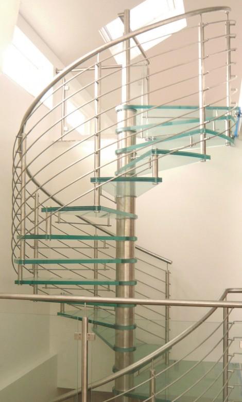 Trappa Galaxy glas med steg i mönstrat glas. Mittpelare och räcke av rostfritt stål.
