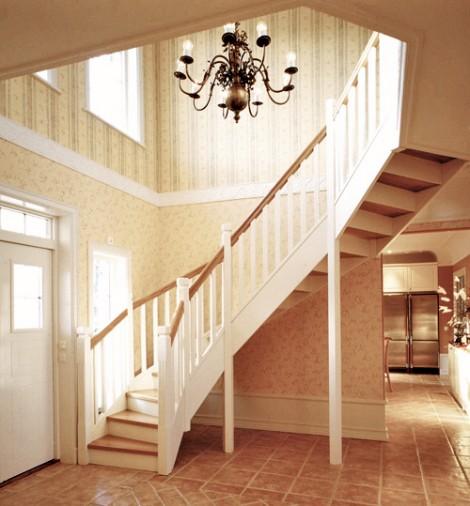 Tät U-trappa med steg i ek och sidovang i vitmålat utförande. Räcke Classic i vitmålat utförande.