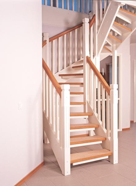 Öppen U-trappa med steg belagda med linoleummatta och sidovang i vitmålat utförande. Räcke Classic i vitmålat utförande.