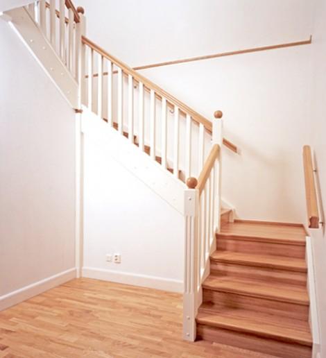 Tät U-trappa med vilplan. Steg i ek och sidovang i vitmålat utförande. Räcke Classic i vitmålat utförande. Stolpar med svarvade stolpkulor.