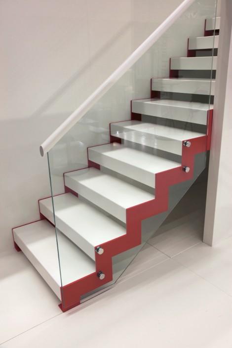 Trappa Profil med steg i vitmålat utförande och täckmålad vang. Räcken av glas.