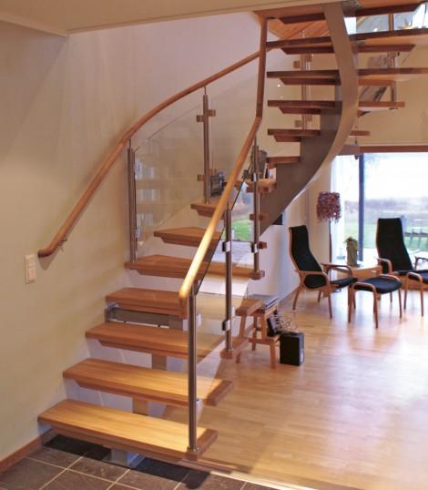Trappa Serpentine med steg i klarlackad ek och täckmålad balk. Räcken av glas.