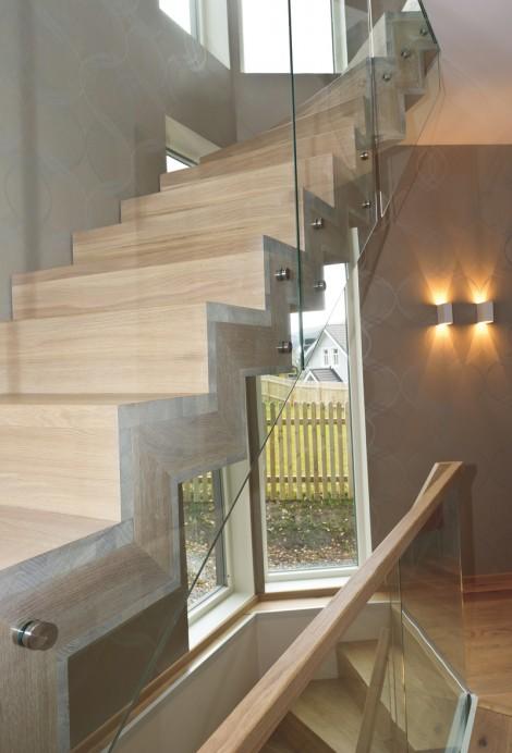 Trappa Solid i ek, oljad med vitpigmenterad olja. Räcken av glas.