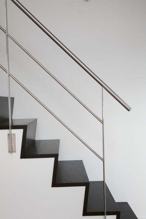 Trappa Zäta 2 med steg i svartlaserad ask. Räcke 2 i rostfritt stål.