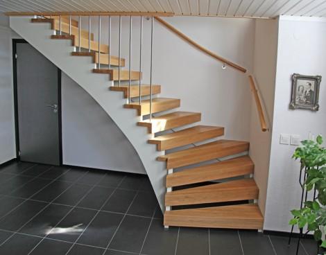 Öppen L-trappa. Steg i ek och underliggande vang i vitmålat utförande. Räcke Funk med handledare i ek och spjäla nr 11 i rostfritt stål. Steg med L-profil.