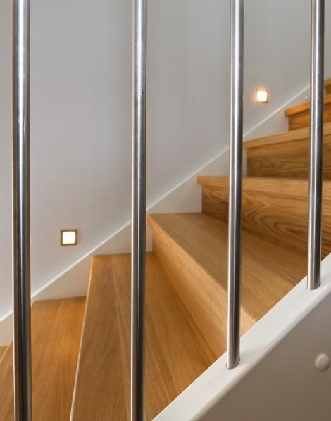 Tät Rak-trappa med steg i ek och sidovang i vitmålat utförande. Räcke Pop i vitmålat utförande och spjäla nr 11 i rostfritt stål.