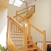 Öppen L-trappa med steg i ek och sidovang i ek. Räcke Rock i ek och spjäla nr 11 i rostfritt stål.