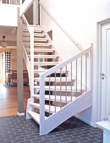 Öppen L-trappa. Steg i vitlaserad furu och sidovang i vitlaserad furu. Räcke Symfoni i vitlaserad furu och spjälor i rostfritt stål.