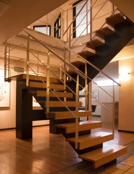 Trappa Balk med steg i klarlackad ek och svartmålad balk. Räcke 2 i rostfritt stål.