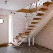 Trappa Balk med steg i oljad ek och vitmålad balk. Räcke 2 i rostfritt stål.