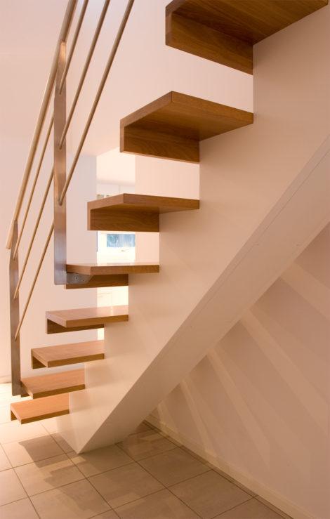 Trappa Balk med steg i klarlackad ek och vitmålad balk. Räcke 2 i rostfritt stål.