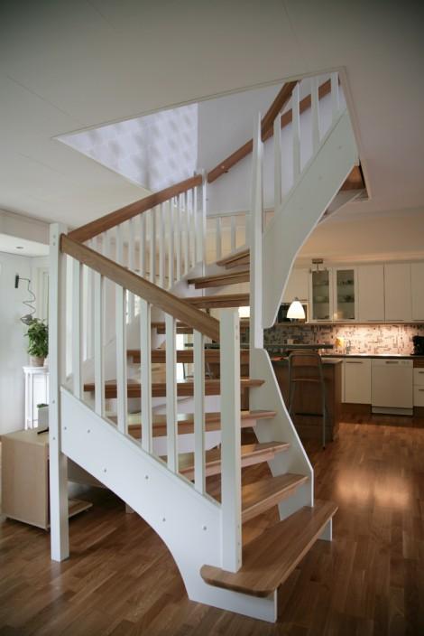 Öppen U-trappa med steg i ek och sidovang i vitmålat utförande. Räcke Soul med handledare i ek.